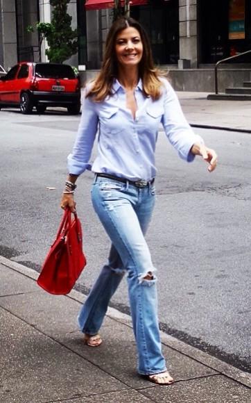 Fabiana Scaranzi aposta em look total jeans e usa bolsa vermelha para quebrar a monocromia.
