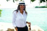 Camisa branca dispensa superproduções: um chapéu e um óculos de sol bastam para o look ficar completo! (Foto: acervo pessoal)