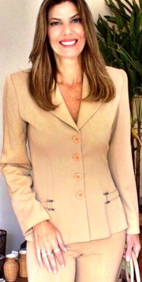 O terno de alfaiataria monocromático é chiquérrimo e tira o look trabalho do óbvio