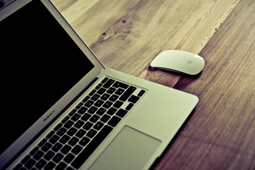 Escolha um cantinho da casa para fazer como escritório. O lugar deve ser arejado, com boa luz e longe de barulhos e distrações.