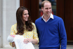 Acompanhada do príncipe William, Kate Middleton deixa a maternidade com a filha no colo