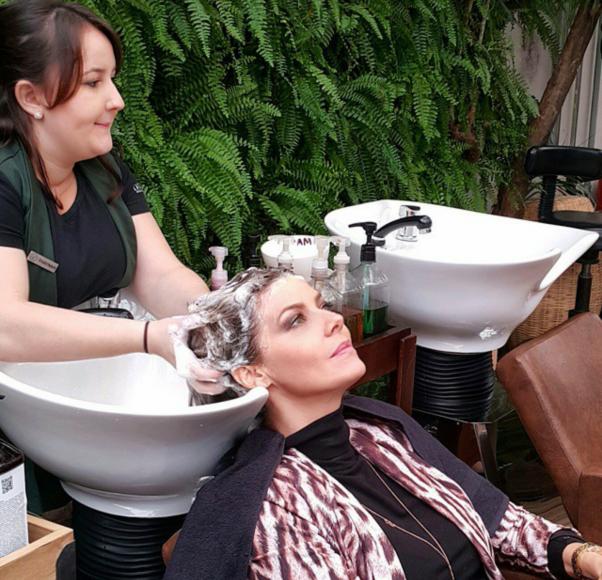 Processo de limpeza e hidratação dos cabelos
