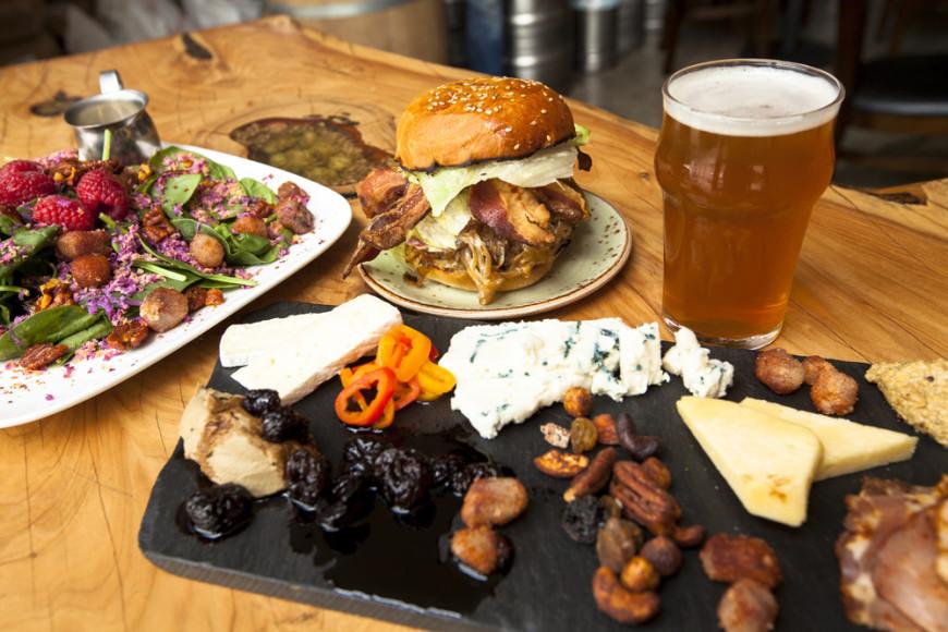 Almoço convidativo e cerveja artesanal na Barrelhead (Imagem: Divulgação)