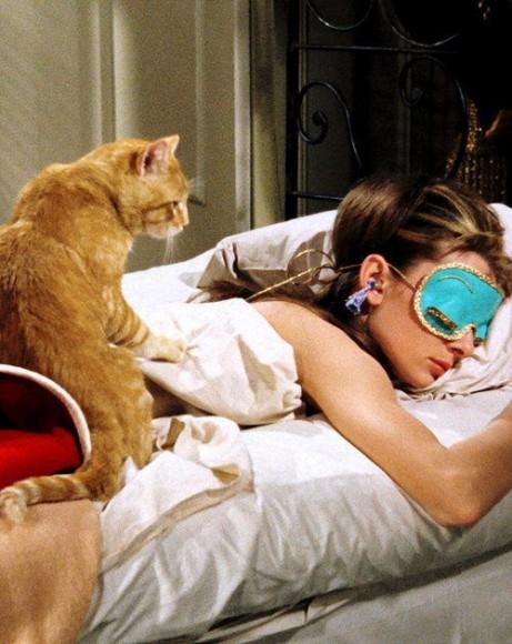 No filme Bonequinha de Luxo, Holly Golightly - interpretada por Audrey Hepburn - não abria mão de uma boa noite de sono! (Imagem: Pinterest/buzzfeed.com)