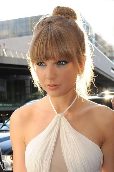 Taylor Swift com prefere coques altos (Imagem: Pinterest/.i.imgur.com)