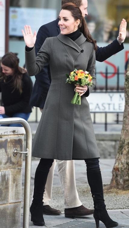 20.11 durante viagem filantrópica ao país de Gales para visitar Ongs locais como a GISDA, num overcoat estruturado