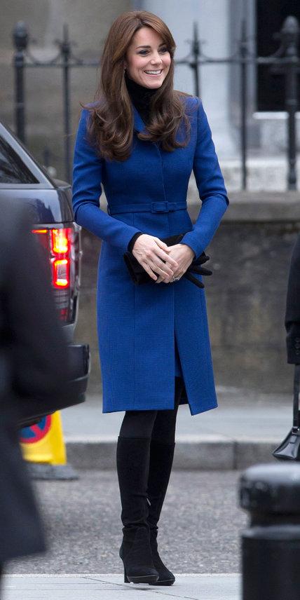 23.10 Em uma escapadinha até a Escócia numa manhã fria, vestida num casaco royal de caimento perfeito.