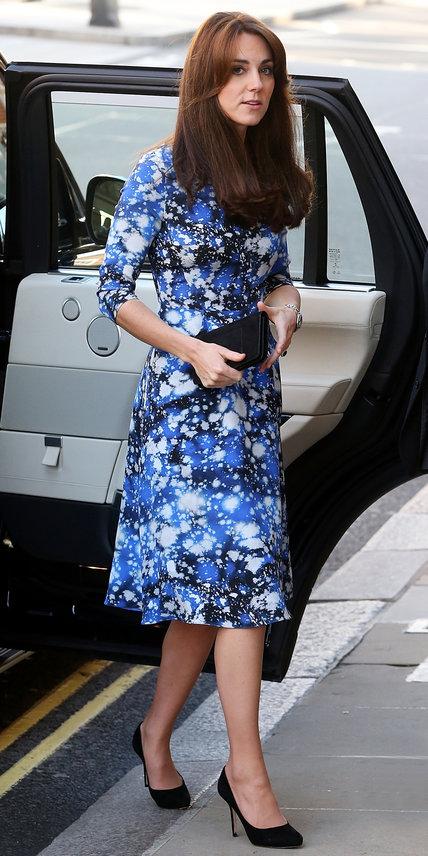 26.10 Nun vestido de estampa intergalática assinada por Tabitha Webb em Londres