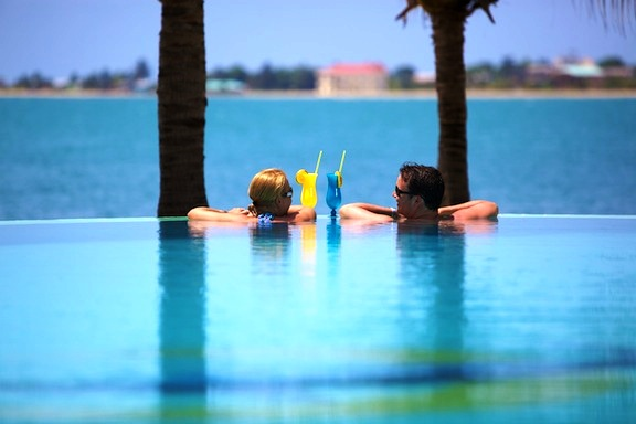 Chabil_Mar_Belize_Resort_Couple_650_at_Infinity_Pool_Drinks