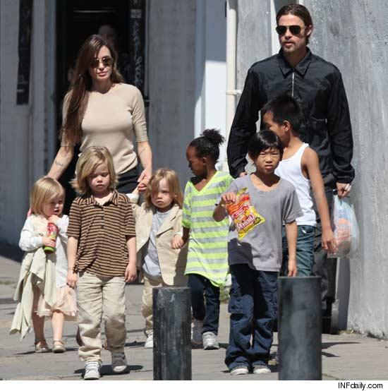Angelina com filhos e Brad
