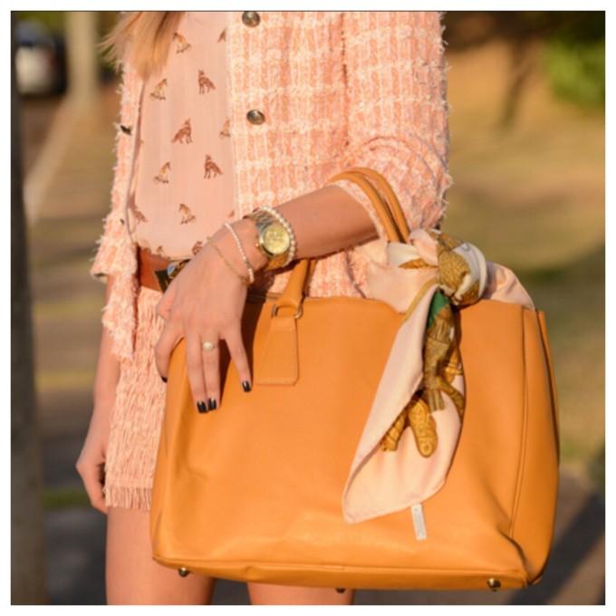 Lenço amarrado na alça da bolsa dá uma charme à qualquer look