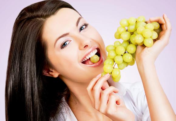 comendo uva