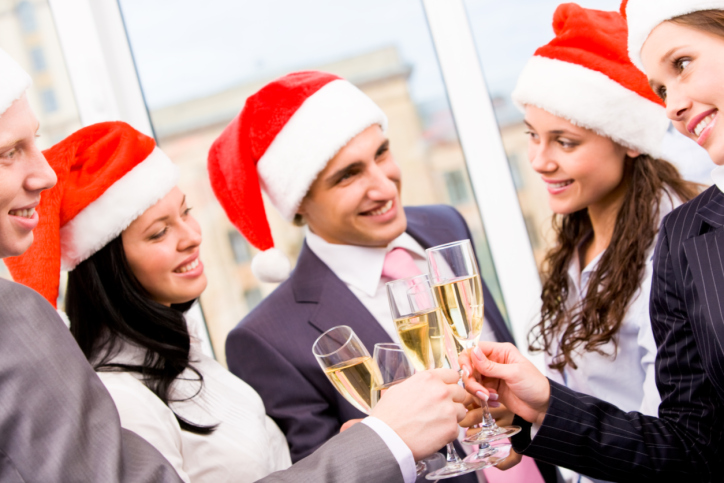 Participar de uma comemoração ou outra com os amigos do escritório faz bem ao corpo e mente