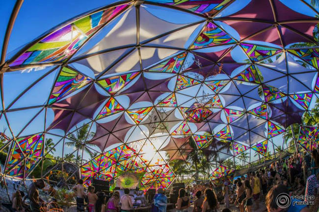 O festival Universo Paralello vai até o sol raiar. Haja pique!