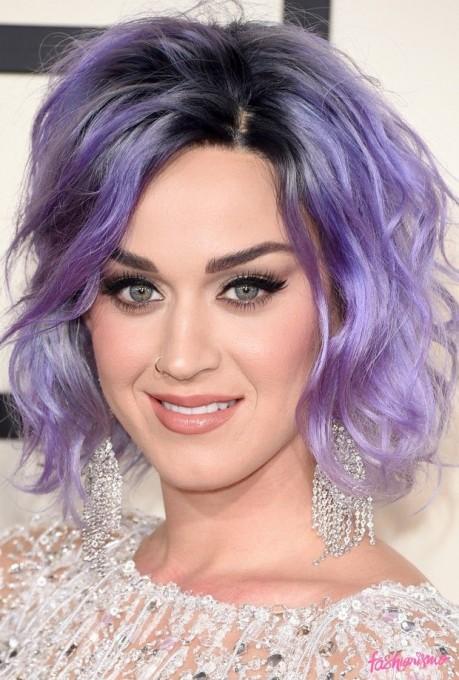 A hidratação semanal ajuda a manter o brilho do cabelo roxo da cantona Katy Perry.