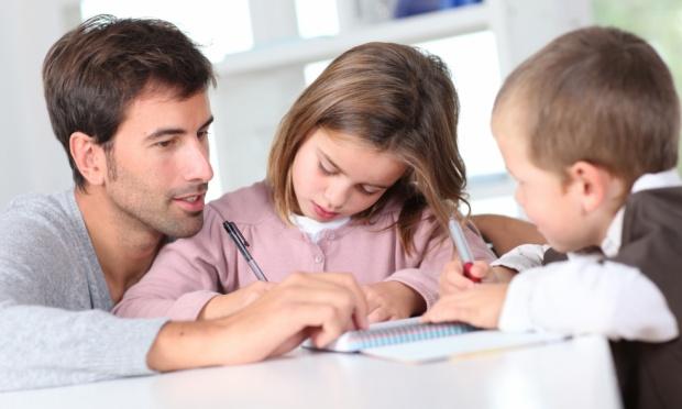pai estudando filho
