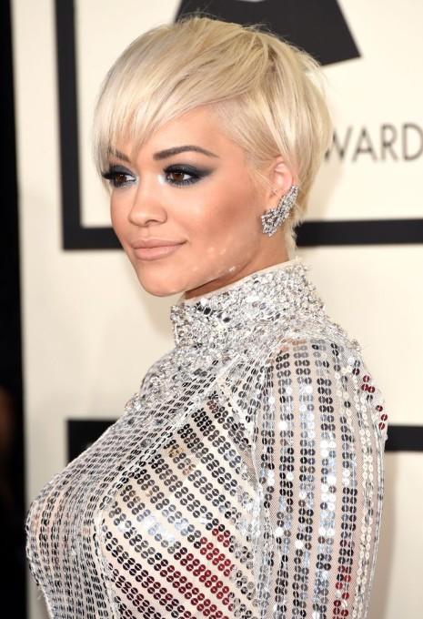 O loiro platinado da cantora Rita Ora, exige cuidados redobrados no verão.
