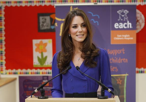 Kate Middleton mostrando que é possível manter a calma e a elegância durante um discurso
