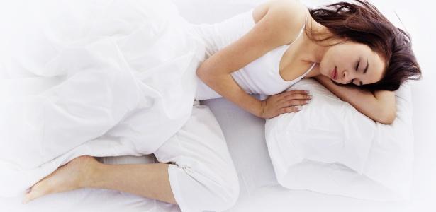 dormindo-de-lado-mulher-dormingo-de-lado-joelhos-flexionados-cama-travesseiros-1343665294745_615x300