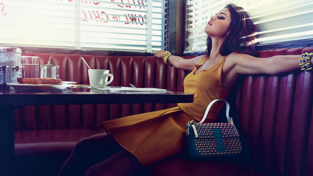selena_gomez_restaurant_bag_photo_shoot_85354_3840x2160