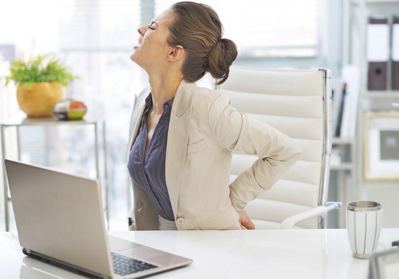 mulher-dor-costas-trabalho_2