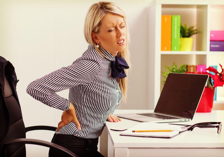 mulher-no-trabalho-com-dor-lombar