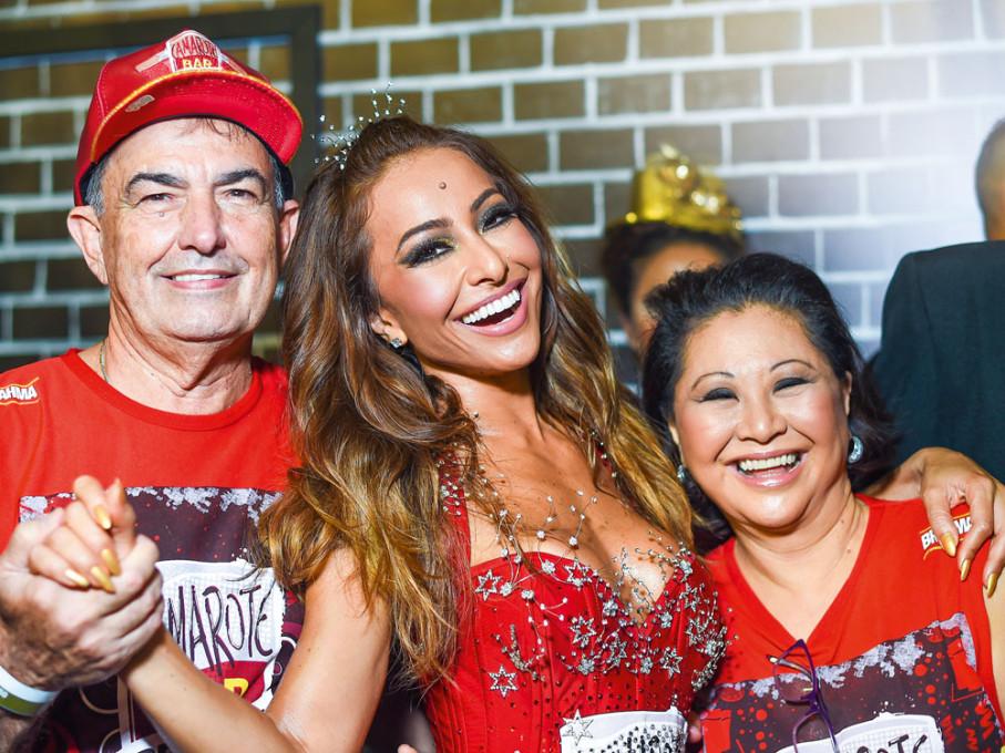 Os pais de Sabrina Sato ficaram orgulhosos de ver a fila desfilar no Carnaval de São Paulo