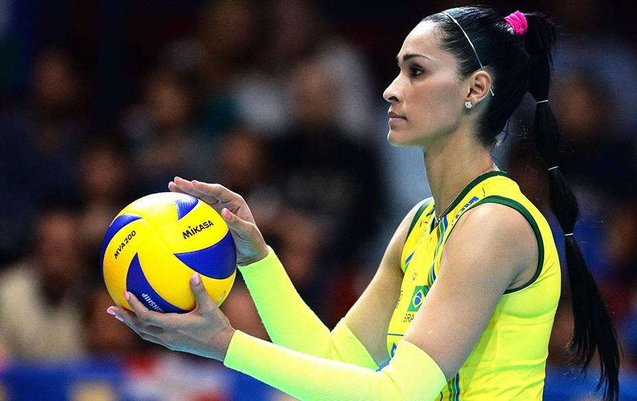 Jaqueline, jogadora da seleção brasileira feminina de vôlei, mostra que é vaidosa dentro e fora das quadras
