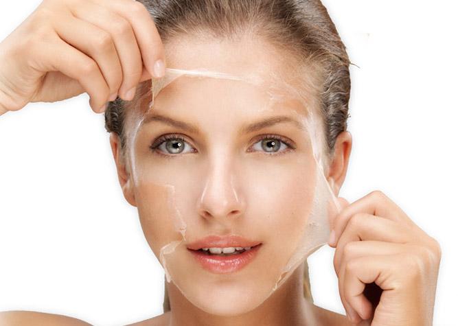Tratamento por remédios de gente de acne em uma cara