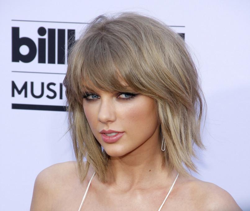 A cantora Taylor Swift radicalizou ao aparecer com um corte bob e franjão. Ficou linda!