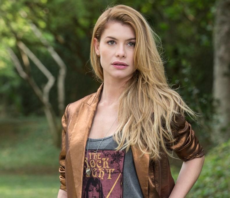 Que tal um blazer cobre como o da capricorniana Alinne Moraes?