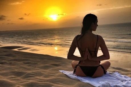 Isis Valverde faz yoga em frente a um pôr-do-sol maravilhoso!