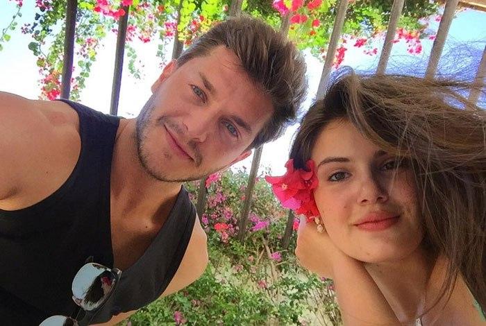 O casal Kleber Toledo e Camila Queiroz em clima de muito amor durante férias em Jericoacoara