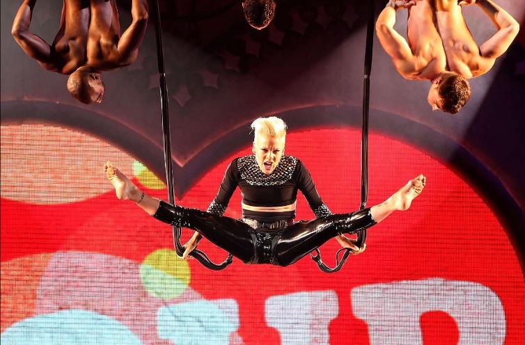 A cantora Pink incluiu o Yoga Aéreo inclusive nas suas apresentações