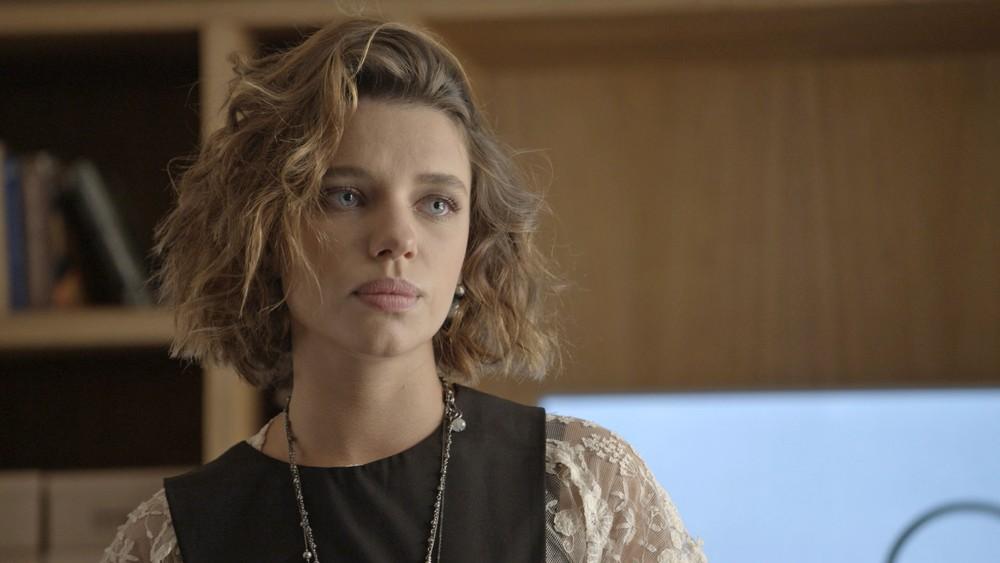 Cibele, personagem de Bruna Linzmeyer com máscara de cílios marrom (Foto: TV Globo)