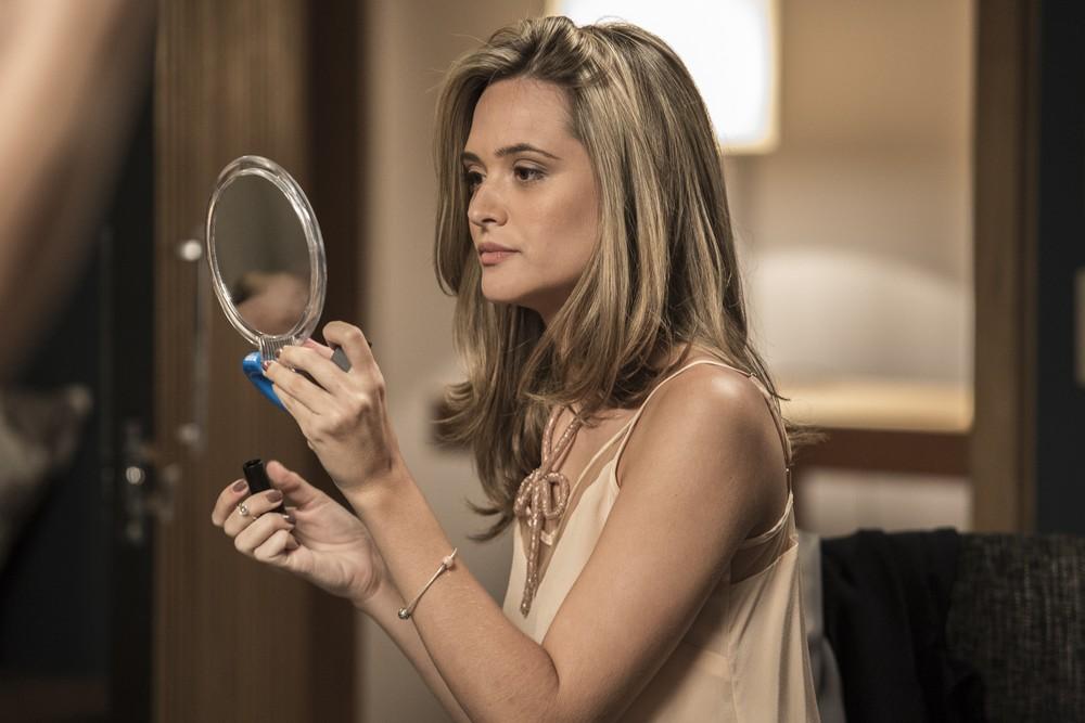 Juliana Paiva retoca a maquiagem da sua personagem Simone nos intervalos das gravações (Foto: Fábio Rocha / Gshow)