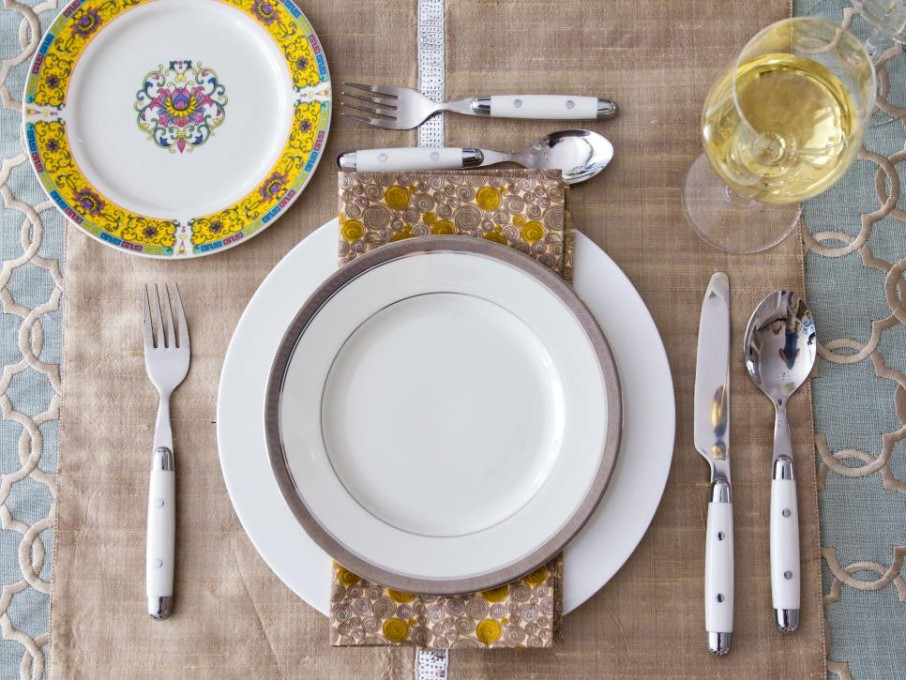Original_Table-Settings-Manvi-Drona-Hidalgo-Teal-Table-Place-Setting_s4x3.jpg.rend.hgtvcom.966.725