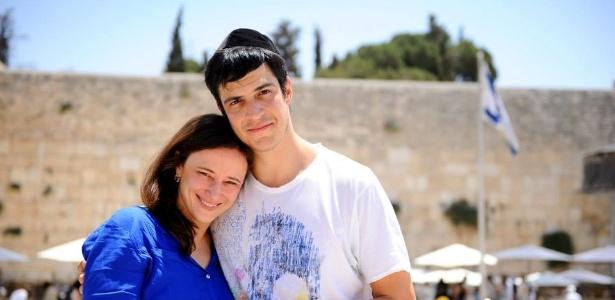 mateus-solano-e-a-esposa-paula-brum-durante-visita-a-jerusalem-1469828886766_615x300