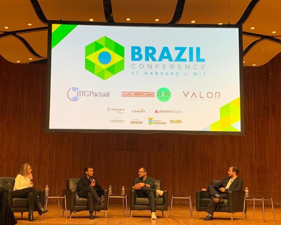 Renata Zanuto, head de startups e ecossistema do CUBO, Julio Vasconcellos, fundador do PEIXE URBANO; Mike Krieger, cofundador do INSTAGRAM; e o  moderador do evento (Imagem: Lucas Araujo/Divulgação)